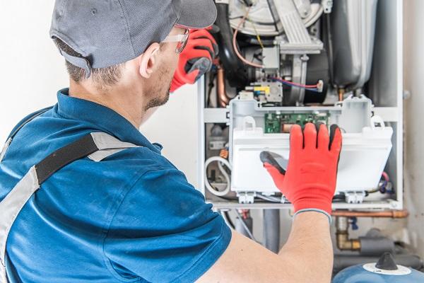 Tecnico al lavoro su un impianto di riscaldamento